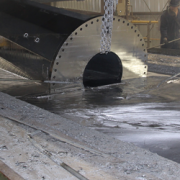 Galvanising steel parts by dipping them in a bath of molten zinc